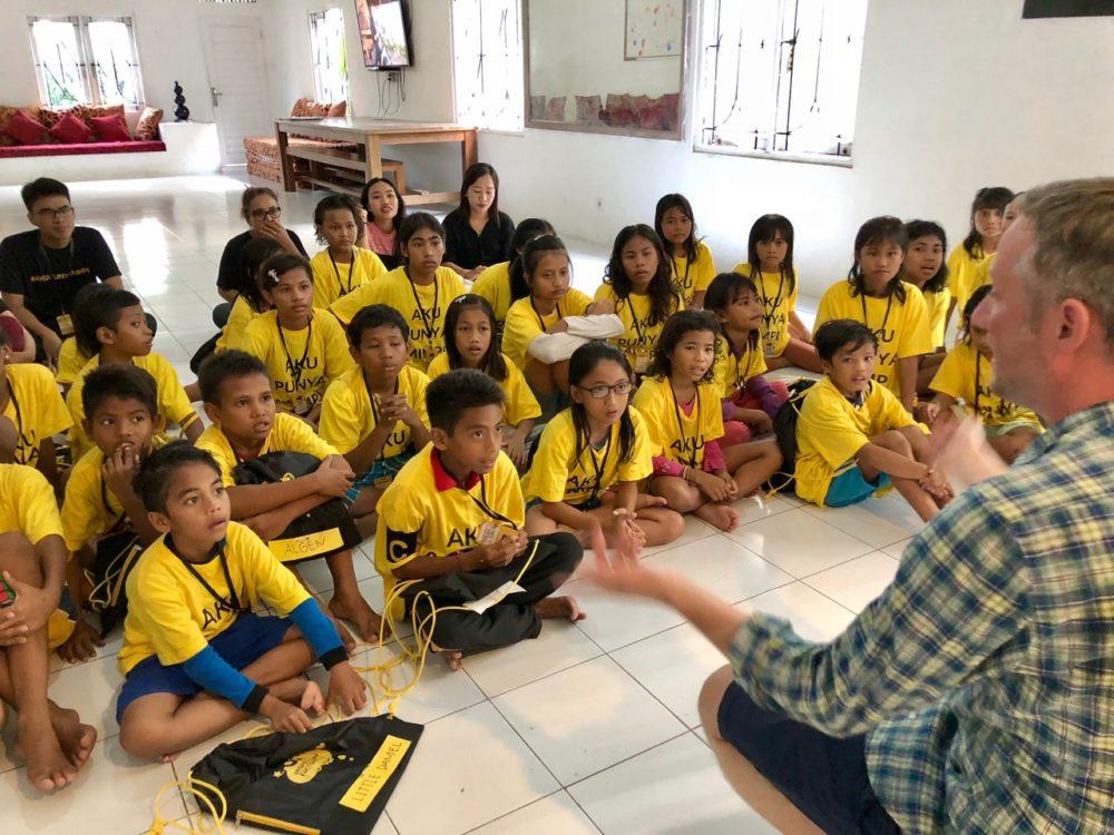 Magie für Kinder im Waisenhaus in Bali