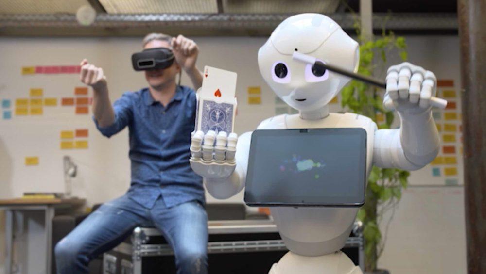 Roboter Pepper lernt von Simon das Zaubern