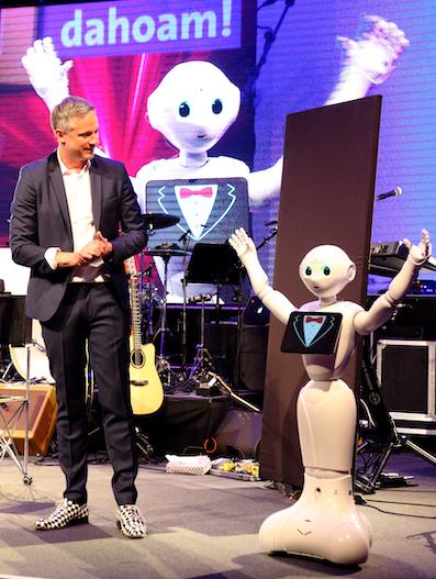 Erster Auftritt von Roboter Pepper mit Zauberei - Simon Pierro