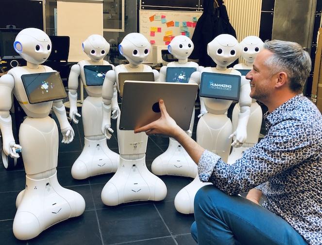 Künstliche Intelligenz, Robotik und Magie - iPad Zauberer Simon Pierro