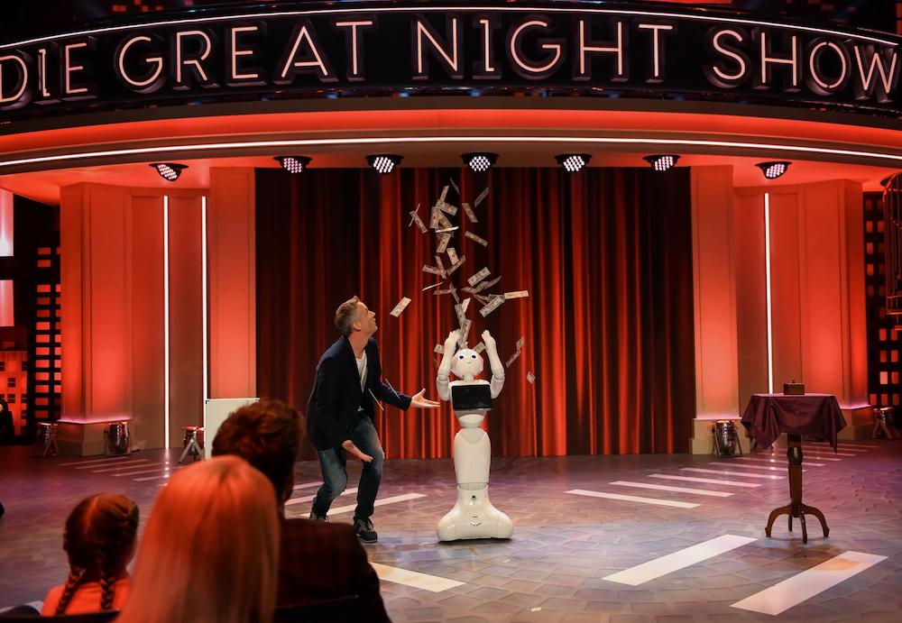 Roboter Pepper zaubert mit Simon Pierro - Die Greatnightshow - Luke Mockridge
